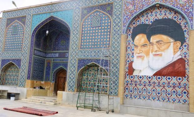 Ayatollah Ali Chāmeneʾi (rechts) ist oberster Rechtsgelehrter seit 1989. Er ist der Nachfolger von Ruhollah Khomeini und politischer und geistlicher Führer des Iran.