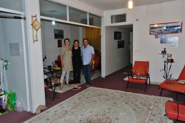 Das iranische Wohnzimmer wird von einem großen Teppich dominiert. Er ist sowohl Esstisch, Sofa als auch Bett für Gäste.
